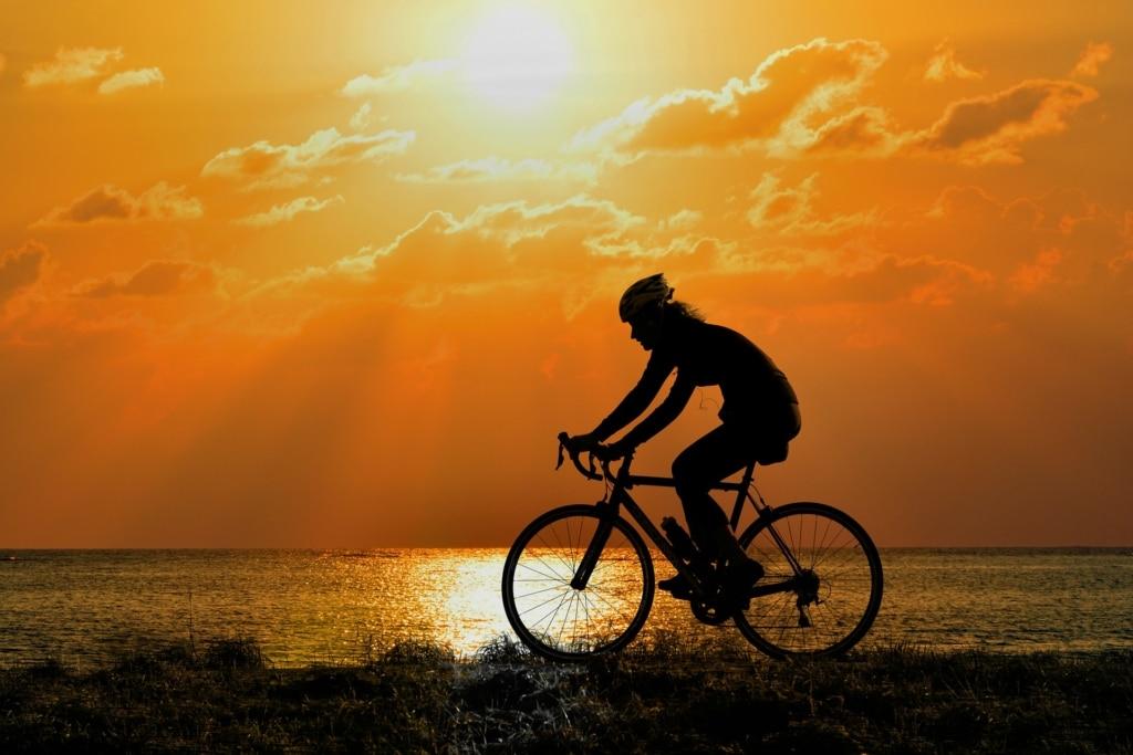 cyclocross bike im sonnenuntergang bild